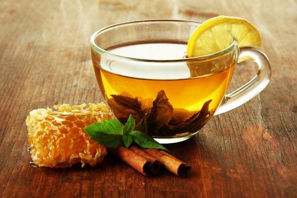 На фото – зеленый чай с медом и лимоном